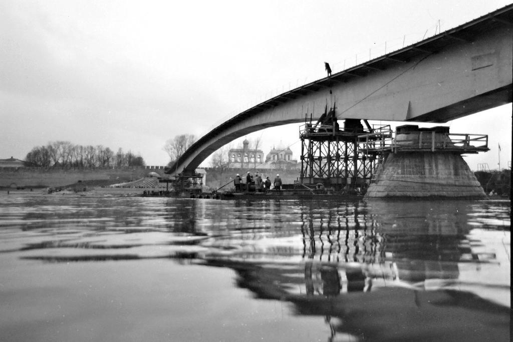 Пешеходный мост в Великом Новгороде