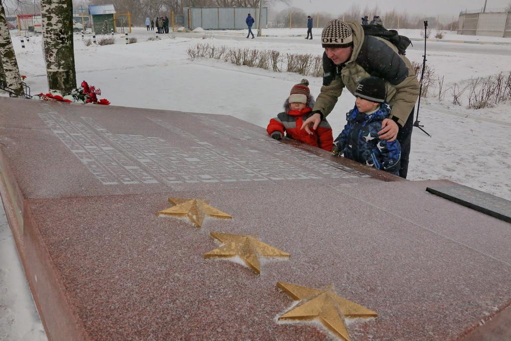 У мемориала трём Героям