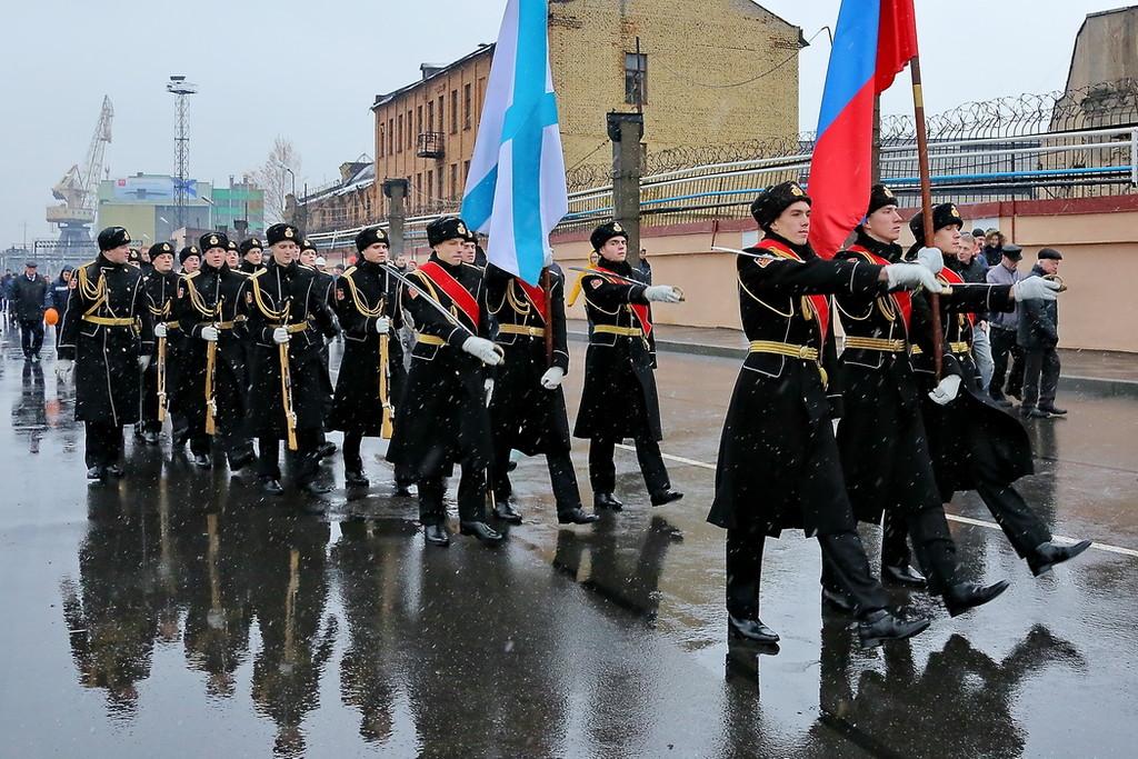 Церемония поднятия флага над подводной лодкой «Великий Новгород»